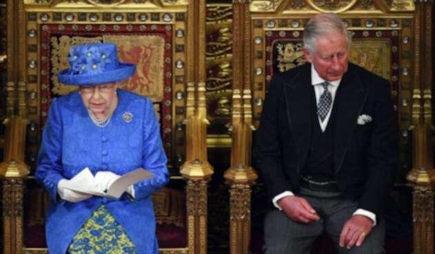 La Reina Isabel II y Príncipe Carlos, sucesor al trono.