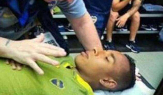 Sebastián Villa siendo atendido por personal de Boca