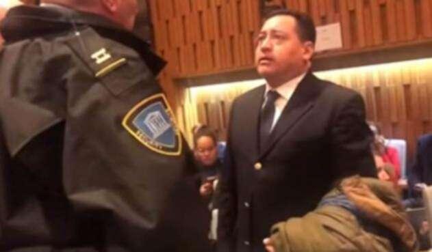 Momento en que los colombianos Freddy Antonio Preciado y Edilberto Muñoz son expulsados de la Unesco, en París