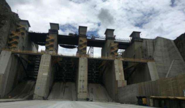Las cuatro compuertas están listas para comenzar a verter el agua. Las estructuras se irán abriendo y cerrando, según el caudal del río Cauca.