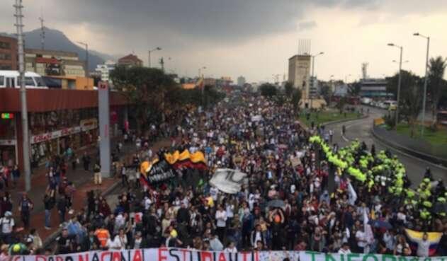Marcha de estudiantes en la Autopista Norte de Bogotá