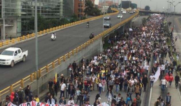Multitudinaria marcha de estudiantes en Bogotá