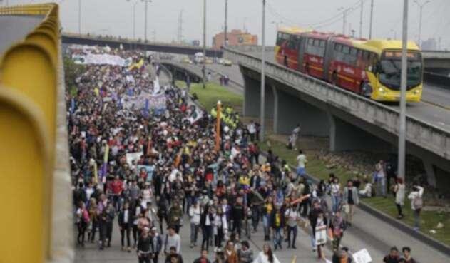 Los estudiantes llegando a la estación de la calle 100 de Transmilenio
