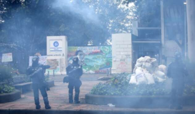 Más de 50 uniformados del grupo antimotines controlaron a los manifestantes que arrojaron piedras y bombas incendiarias.