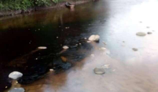 Contaminación con petróleo en ríos de Boyacá y Arauca