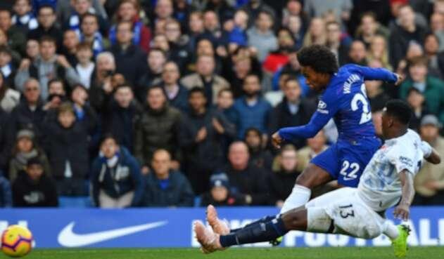Yerry Mina, en acción ante Willian en el Stamford Bridge, en Londres