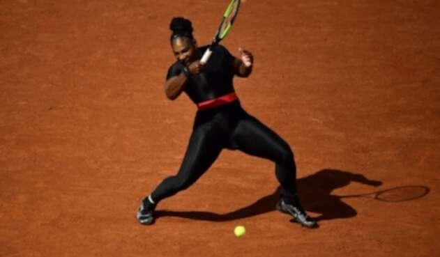 Serena Williams de los EE. UU. Juega el regreso de derecha a Kristyna Pliskova, de la República Checa, durante el partido de la primera ronda de sus singles femeninos el día tres del torneo de tenis Roland Garros 2018 French Open en París el 29 de mayo de 2018.