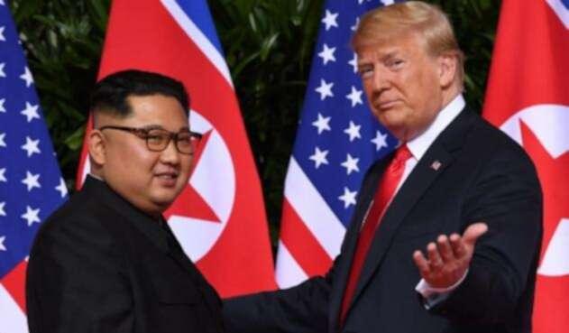 El presidente de los Estados Unidos, Donald Trump (R), hace gestos cuando se reúne con el líder de Corea del Norte, Kim Jong Un.