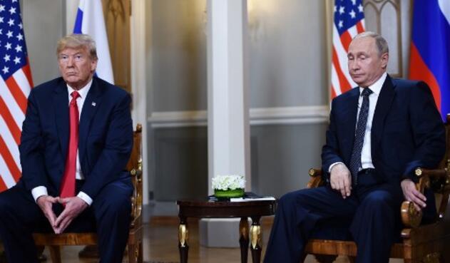 El presidente ruso Vladimir Putin (R) y el presidente estadounidense Donald Trump asisten a una reunión en Helsinki, el 16 de julio de 2018.