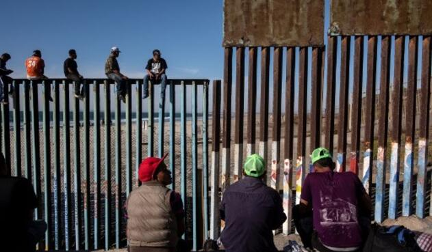 Un grupo de migrantes de países centroamericanos pobres, en su mayoría hondureños, que se dirigen a Estados Unidos con la esperanza de una vida mejor, se ven cerca de la frontera de Estados Unidos en Playas de Tijuana, México, el 13 de noviembre de 2018.