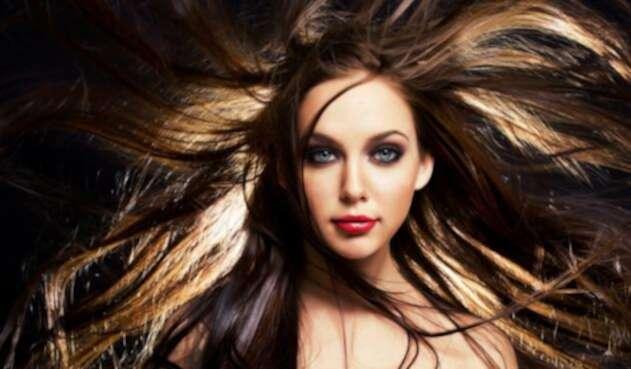 Una mujer exhibe su largo cabello