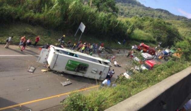 de 3 muertos y por lo menos 15 personas heridas dejó un accidente de tránsito donde se vio involucrado un bus intermunicipal en la vía Buga- Yotoco en el Valle del Cauca.