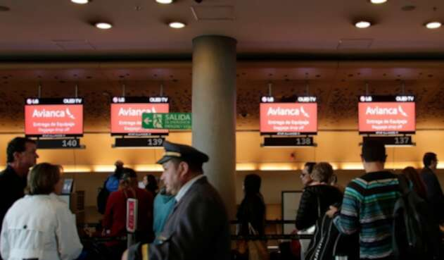 Pasajeros de Avianca en el aeropuerto El Dorado, en Bogotá