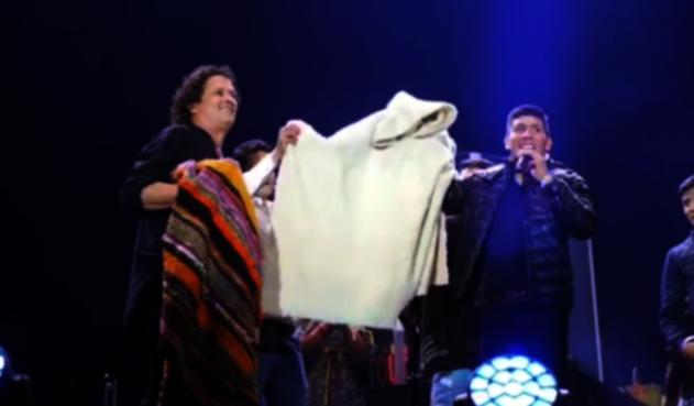 Nairo Quintana le regaló a Carlos Vives, la ruana que su mamá le dio para soportar el frío de Europa.