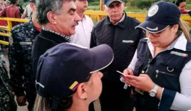 Carlos Pino (a la izquierda), ciudadano venezolano expulsado de Colombia