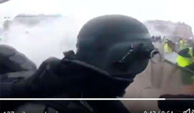 """El policía en París frente a los denominados """"chalecos amarillos"""""""