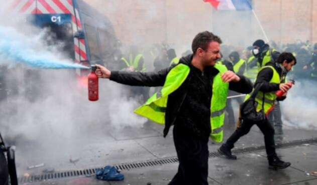 Los chalecos amarillos protestando en París (Francia)