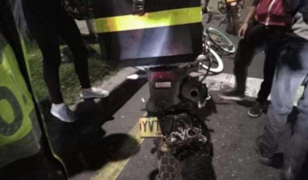 Con bolsa ocultaba la placa de su motocicleta