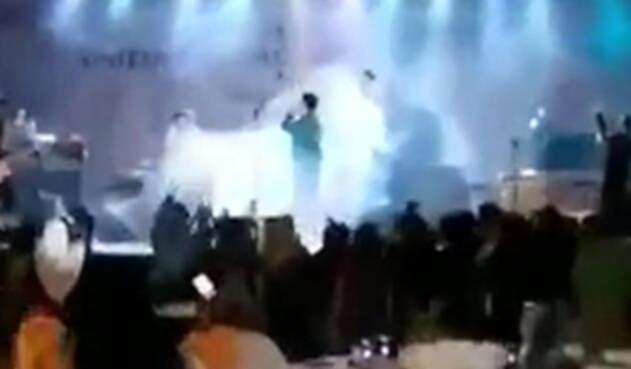 Tanto la banda, como el público presente en el evento musical fueron impactados por una fuerte ola que acabó con todo a su paso.