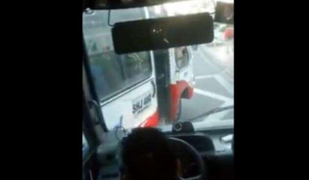 Conductores de transporte público casi se pelean en la vía