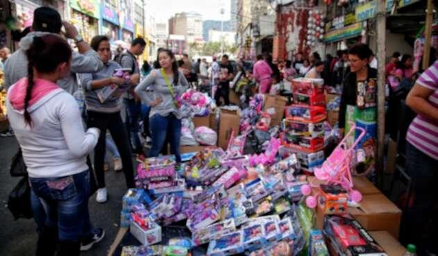 Colombianos durante sus compras navideñas en el centro de Bogotá