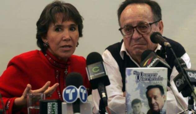 Florinda Mesa y Chespirito en una rueda de prensa