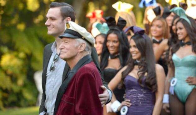 Hugh Hefner y Cooper Hefner en una fiesta de Playboy