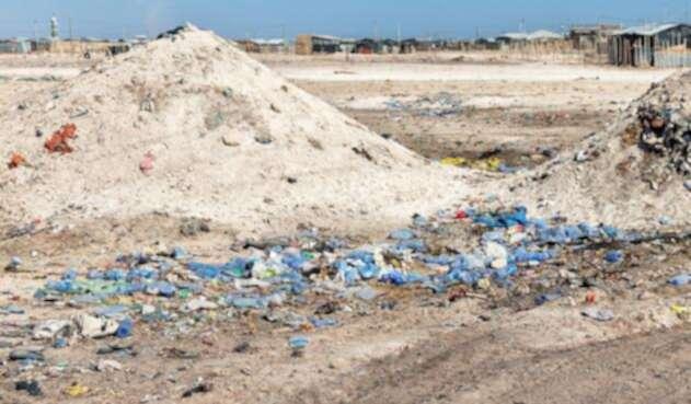 Zona de desechos con envases plásticos presentes