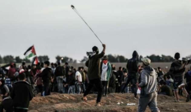 Palestinos lanzan piedras a las fuerzas israelíes