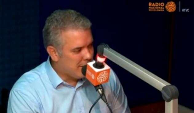 Iván Duque, cuando fue candidato, en la cabina de la Radio Nacional de Colombia
