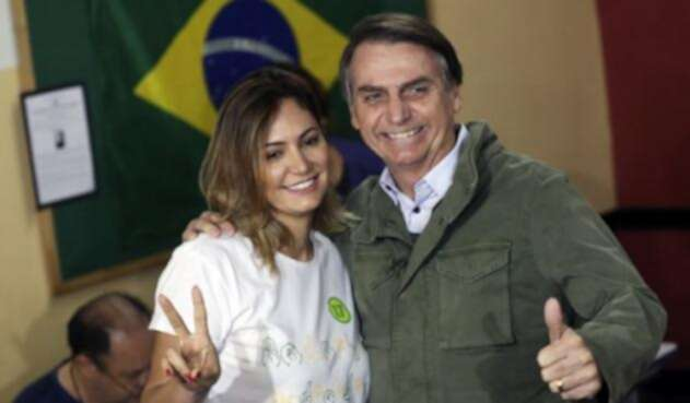 Jair Bolsonaro posa junto a su esposa Michelle Bolsonaro