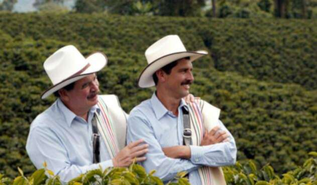 A la izquierda Carlos Sánchez, Juan Valdez desde 1969 hasta el 29 de junio de 2006. A la derecha, Carlos Castañeda, el actual Juan Valdez