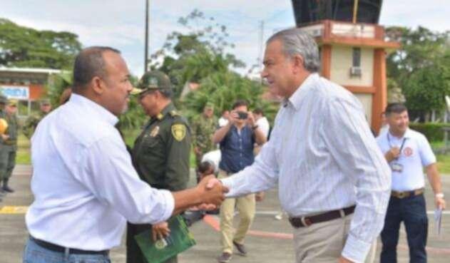 Julio Cesar Rivera, alcalde de Tumaco (izq.), con el general (r.) Óscar Naranjo
