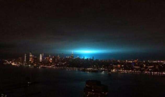Luces azules en el cielo de Nueva York desatan especulaciones