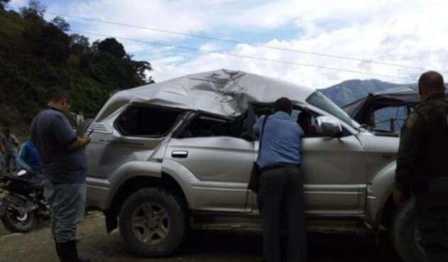 Piedra cayó encima del vehículo del alcalde de Marmato en Caldas