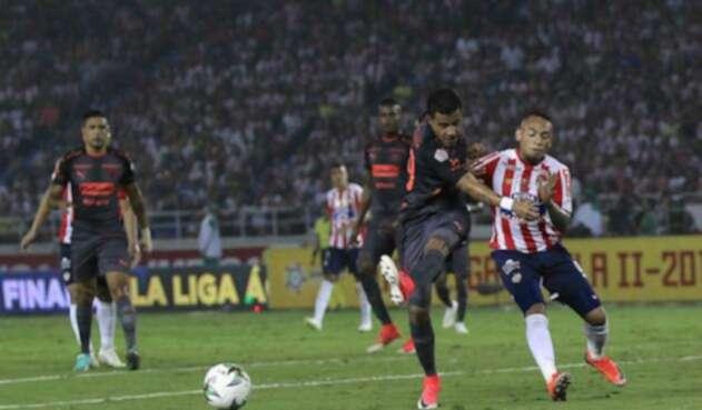 Atlético Júnior y Medellín en el partido de ida de la final de la Liga Águila, el 8 de diciembre en Barranquilla