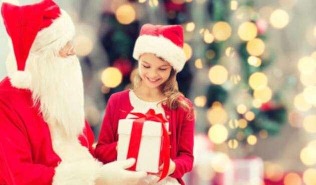 Niña recibe un regalo de Santa Claus
