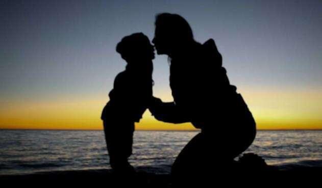 Madre con su hijo y sin su padre
