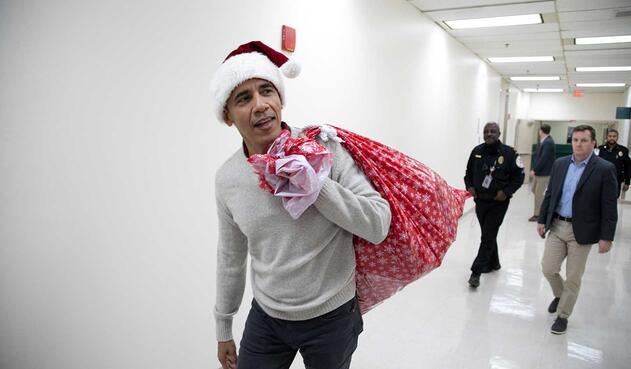 Esta no es la primera vez que Obama lleva regalos a niños enfermos.