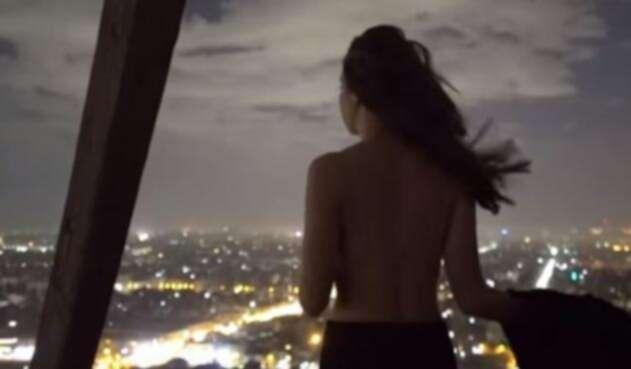 Pareja se desnuda en pirámide de Egipto