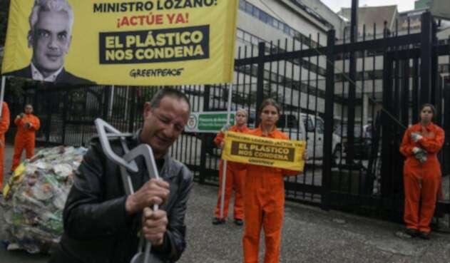 Reclamo al ministro de Ambiente, Ricardo Lozano.