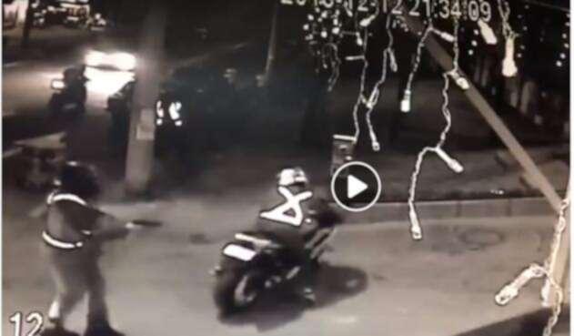 Así es el aterrador robo de motos en Bogotá.