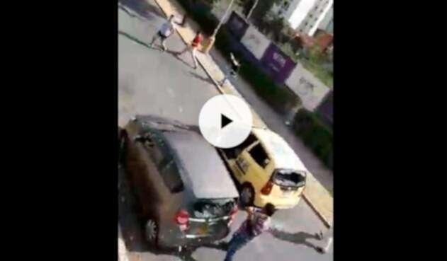 Taxista en Bucaramanga destruyendo un vehículo particular tras señalarlo de pertenecer a Uber