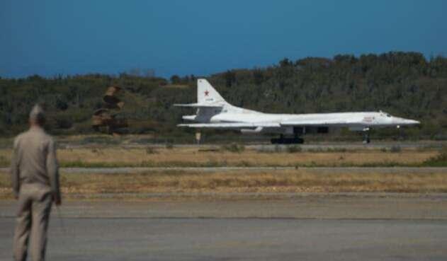 Uno de los bombarderos estratégicos Tu-160 de Rusia en el aeropuerto de Maiquetía, en Caracas (Venezuela)