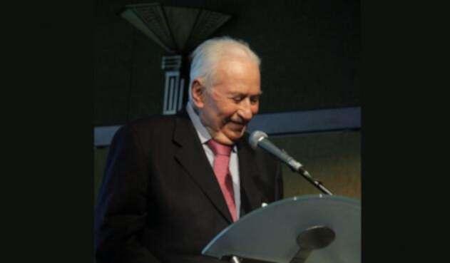 Betancur estudió derecho en la Universidad Pontificia Bolivariana de Medellín.
