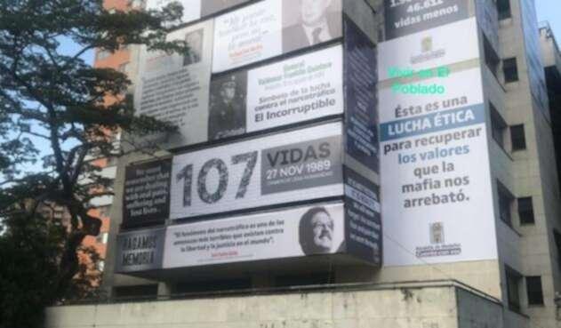 Edificio Mónaco cubierto con mensajes alusivos a las víctimas de Pablo Escobar
