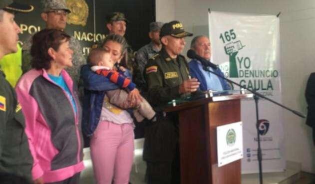 El Ministro de Defensa Guillermo Botero junto a Ángel Smith Ortega y su familia.