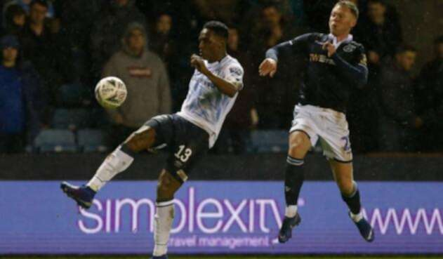 Yerry Mina disputando un balón con la camiseta del Everton