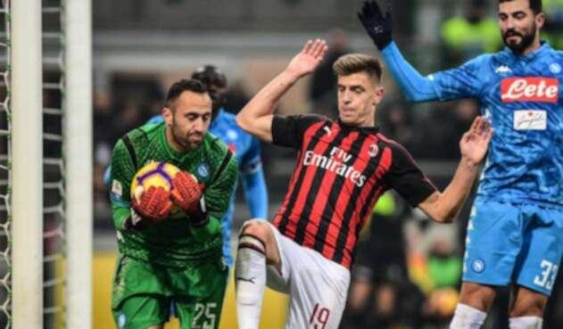 David Ospina asegura un balón (Milan vs Napoli)