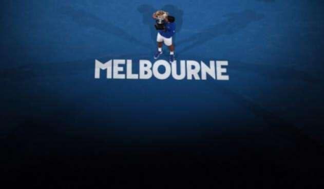Novak Djokovic levantando el trofeo del Abierto de Australia 2019